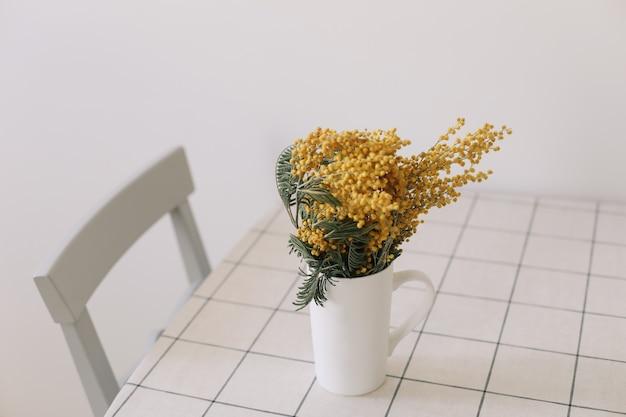 식탁에 봄 꽃 미모사