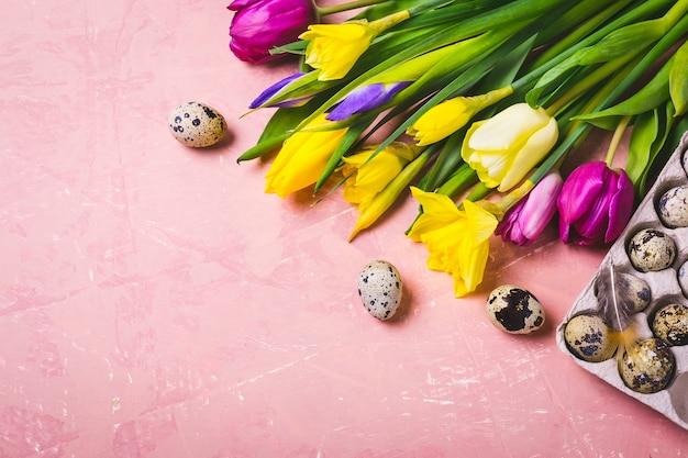 ピンクの春の花とイースターエッグ