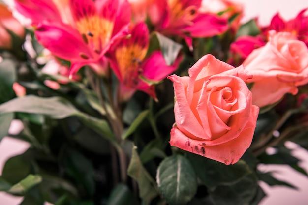 テーブルの上の春の花のブーケ。フラワーブーケは、ご自宅やお祝いの飾り付けにご利用いただけます。