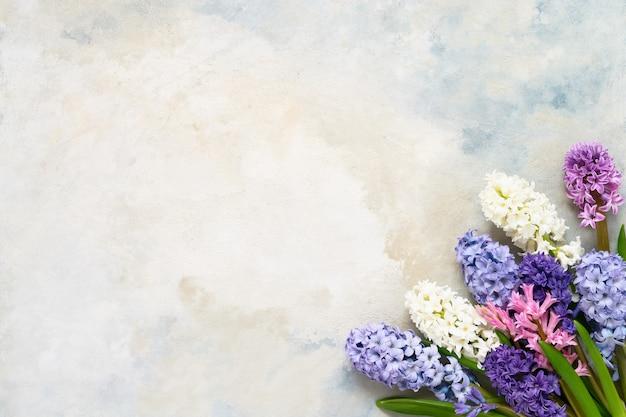 Весенний букет цветов на светлом фоне, вид сверху, копия пространства, поздравительная открытка