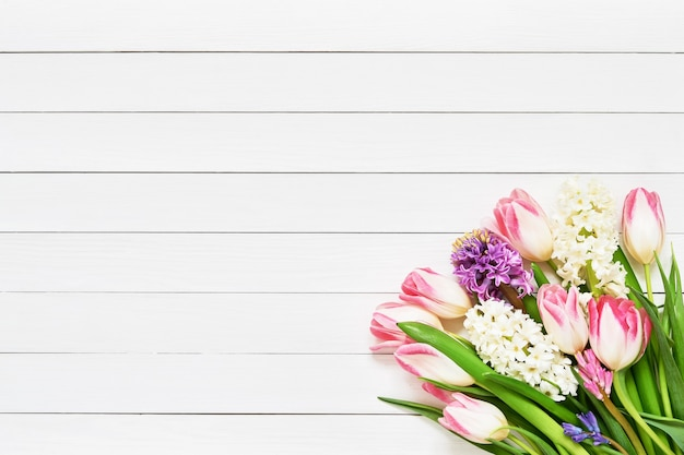 Букет весенних цветов на белом фоне деревянных. вид сверху, копия пространства.
