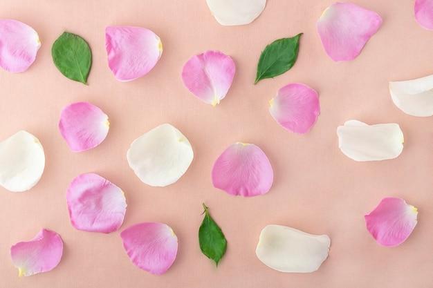 春の花の組成物。パステル調のバラの花びらの創造的なパターン。ロマンチックな背景。