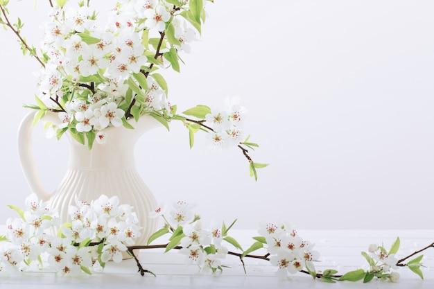 Весенние цветы в вазе