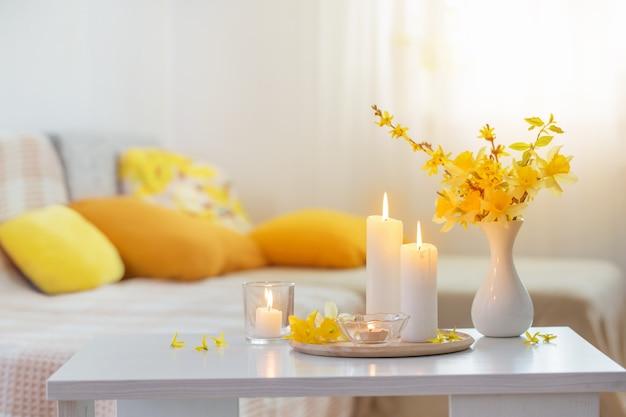 モダンなインテリアの花瓶の春の花