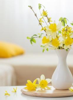 Весенние цветы в вазе в современном интерьере