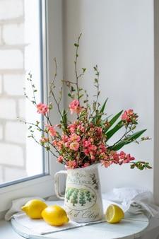 Весенние цветы в вазе с лимонами
