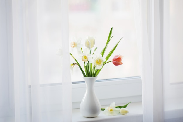 白い花瓶の春の花