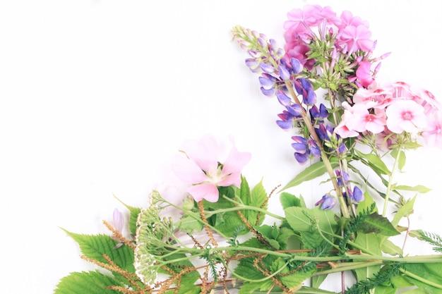 Весенние цветы на белом деревянном фоне