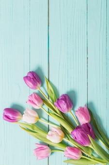 ブルーミント木製の背景に春の花