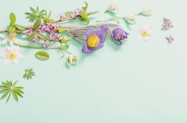 녹색 배경에 봄 꽃