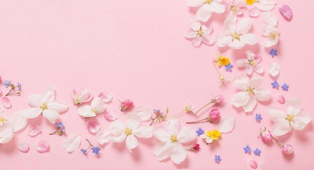 분홍색 배경에 봄 꽃