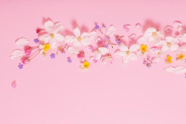 분홍색 벽에 봄 꽃