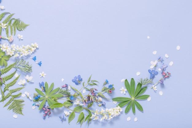 Весенние цветы на фоне фиолетовой бумаги