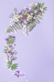 보라색 종이 배경에 봄 꽃