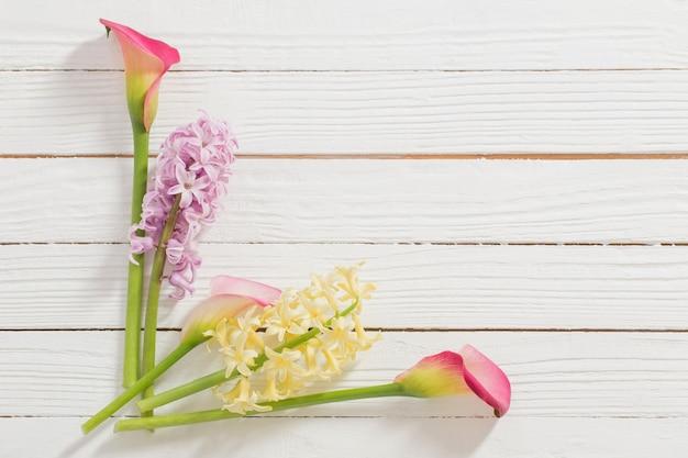白い木の表面に春の花