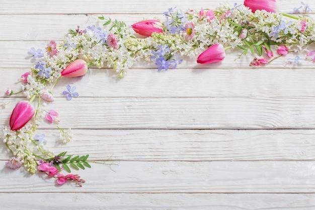 Весенние цветы на белом деревянном