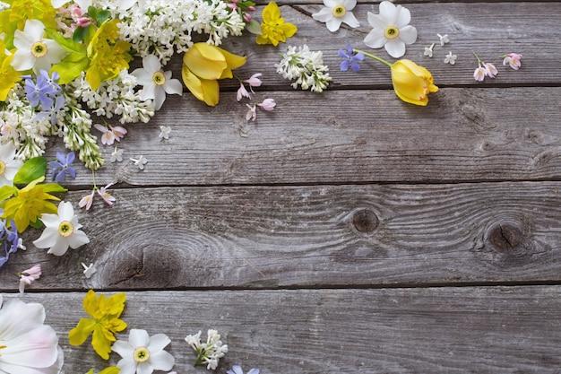 木製のテーブルの春の花