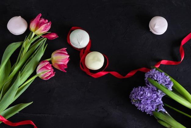 フレームワークの黒い背景に春の花(チューリップとヒヤシンス)