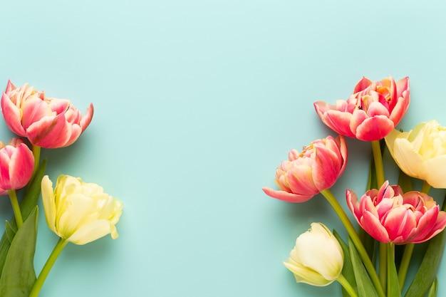 봄 꽃입니다. 파스텔 색상 배경에 튤립입니다. 인사말 카드 레트로 빈티지 스타일입니다. 어머니 날, 부활절 인사 카드입니다.
