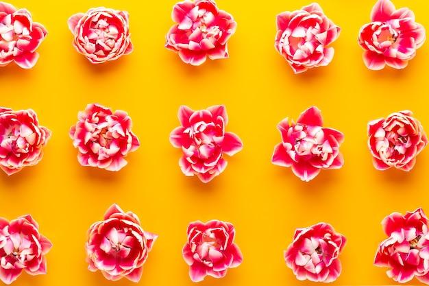 Весенние цветы. тюльпаны на фоне пастельных тонов. открытка ретро винтажный стиль. день матери, пасха
