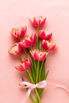 パステルカラーの背景に春の花チューリップ。レトロなビンテージスタイル。