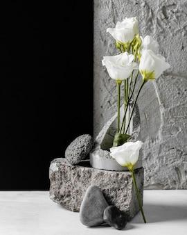岩の品揃えの束と春の花