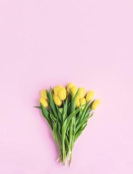 봄 꽃 노란 튤립 꽃 꽃다발 분홍색 배경에 고립 평면 위치 평면도 최소한의 꽃 개념