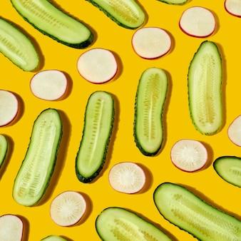 천연 유기농 식품을 준비하기위한 다이어트 야채에서 봄 신선한 건강 패턴, 노란색 배경에 채식 식사. 평면도. 건강한 다이어트 식품의 개념입니다.