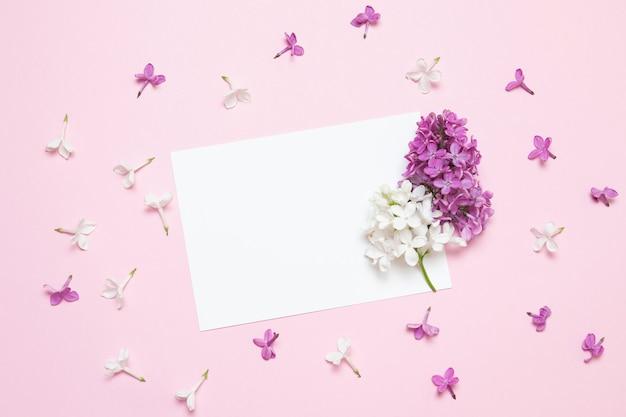 흰색 카드와 함께 봄 신선한 라일락 꽃