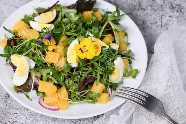 상추 새싹과 렌즈콩 아루굴라 마이크로그린으로 만든 봄철 과일 감귤과 야채 샐러드