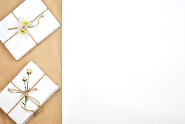 Весенние подарки. свежие весенние цветы и подарочные коробки на белом фоне. дарить подарок. получение