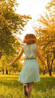 Девушка весны, наслаждаясь природой. красивая молодая женщина на открытом воздухе. здоровая девочка в зеленом парке. солнечный день