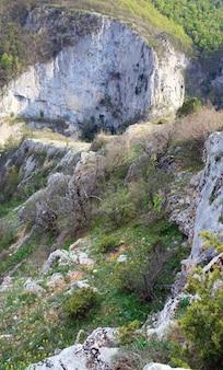 春のグレートクリミアキャニオンの山の景色と斜面の松の木(クリミア、ウクライナ)。