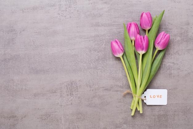 春のグリーティングカード、灰色にピンク色のチューリップ。