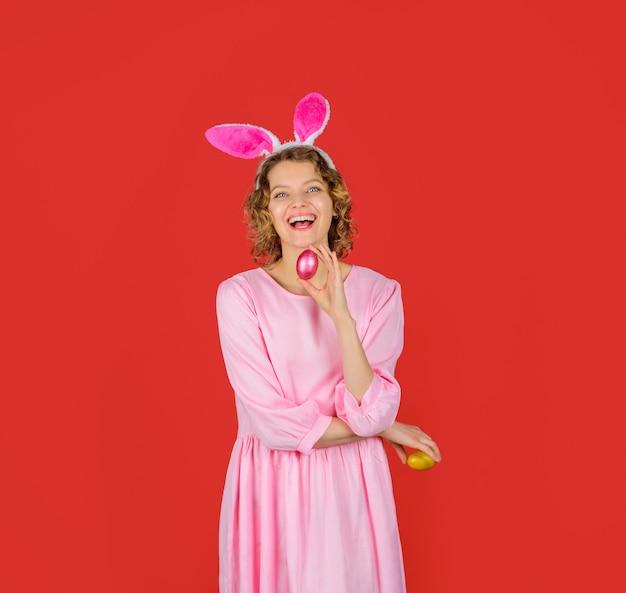 봄 방학 부활절 휴일 계란 사냥 행복한 부활절 달걀 사냥 토끼 귀를 가진 여자는 부활절을 보유합니다