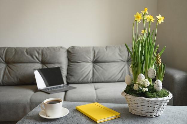 イースターツリーと塗装卵と花瓶の春の家のインテリア