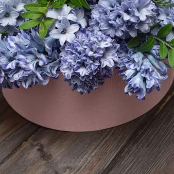 Весенние цветы гиацинта в розовой коробке. тренд цветов в коробке. скопируйте пространство.
