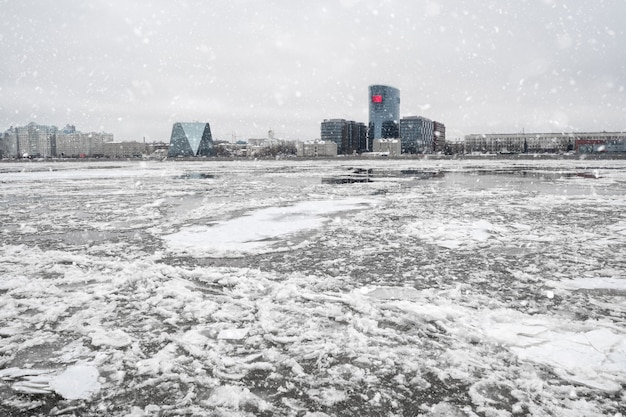 川の春の氷の漂流。セントピートのネヴァ川の氷