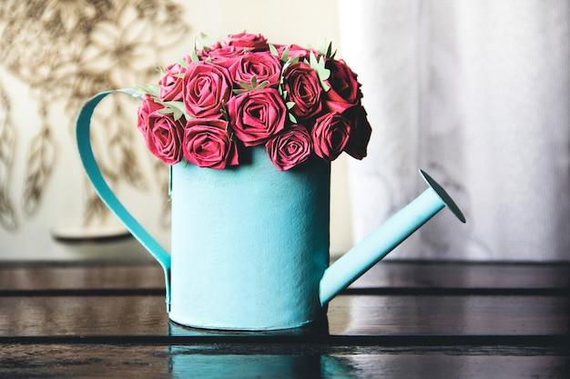 Весенний декор интерьера. весенняя композиция. бумажная роза в лейке