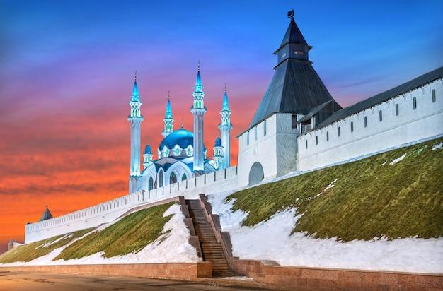 봄 저녁의 붉은 일몰 하늘 아래 봄 쿨 샤리프 모스크와 카잔 크렘린의 변모탑