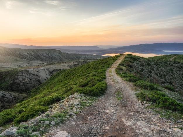 春の山の風景。尾根を通る朝の山道は夜明けに上り坂になります。ダゲスタン。