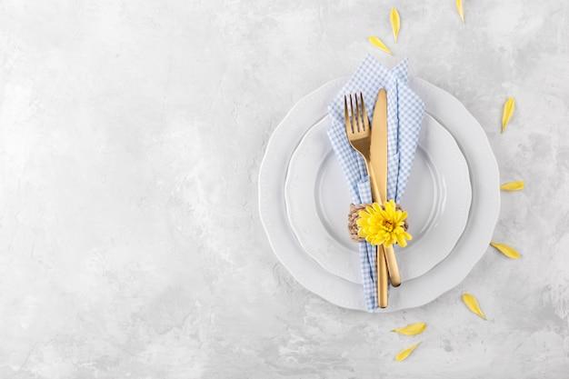 Сервировка стола весна или пасха Premium Фотографии