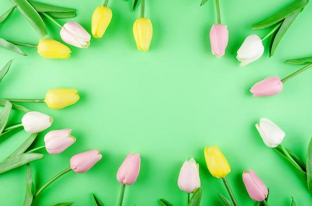 Концепция весны или праздника с букетом тюльпанов