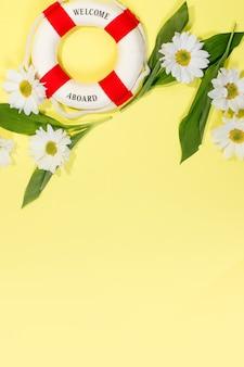 텍스트 chamomiles 및 꽃잎, 노란 마음으로 흰 꽃 복사 공간 봄 또는 여름 벽