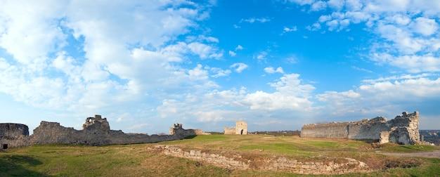 要塞遺跡の春のパノラマビュー(クレメネチの町、テルノーピリ州、ウクライナ)。 13世紀に建てられました。 5ショットステッチ画像。