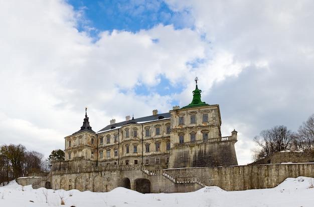 Весенняя панорама старого подгорецкого замка (украина, львовская область, построенного в 1635-1640 годах по приказу польского гетмана станислава конецпольского). изображение сшивается пятью кадрами.