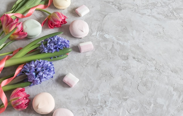 春のピンクのチューリップと紫のヒヤシンス