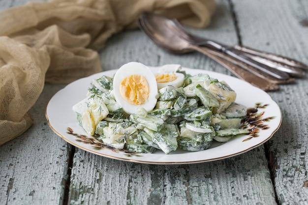 Весенний картофельный салат с яйцом, редисом и огурцами
