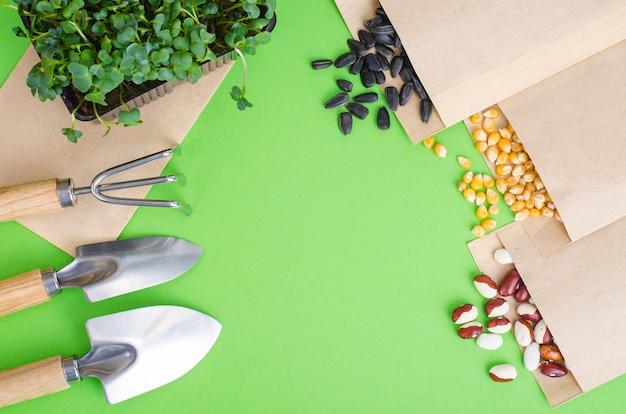 春の準備と野菜の播種の計画。クラフト紙の封筒に野菜の種。季節の庭仕事。スタジオ写真