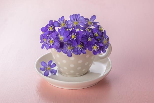 ピンクの春の紫色の花。